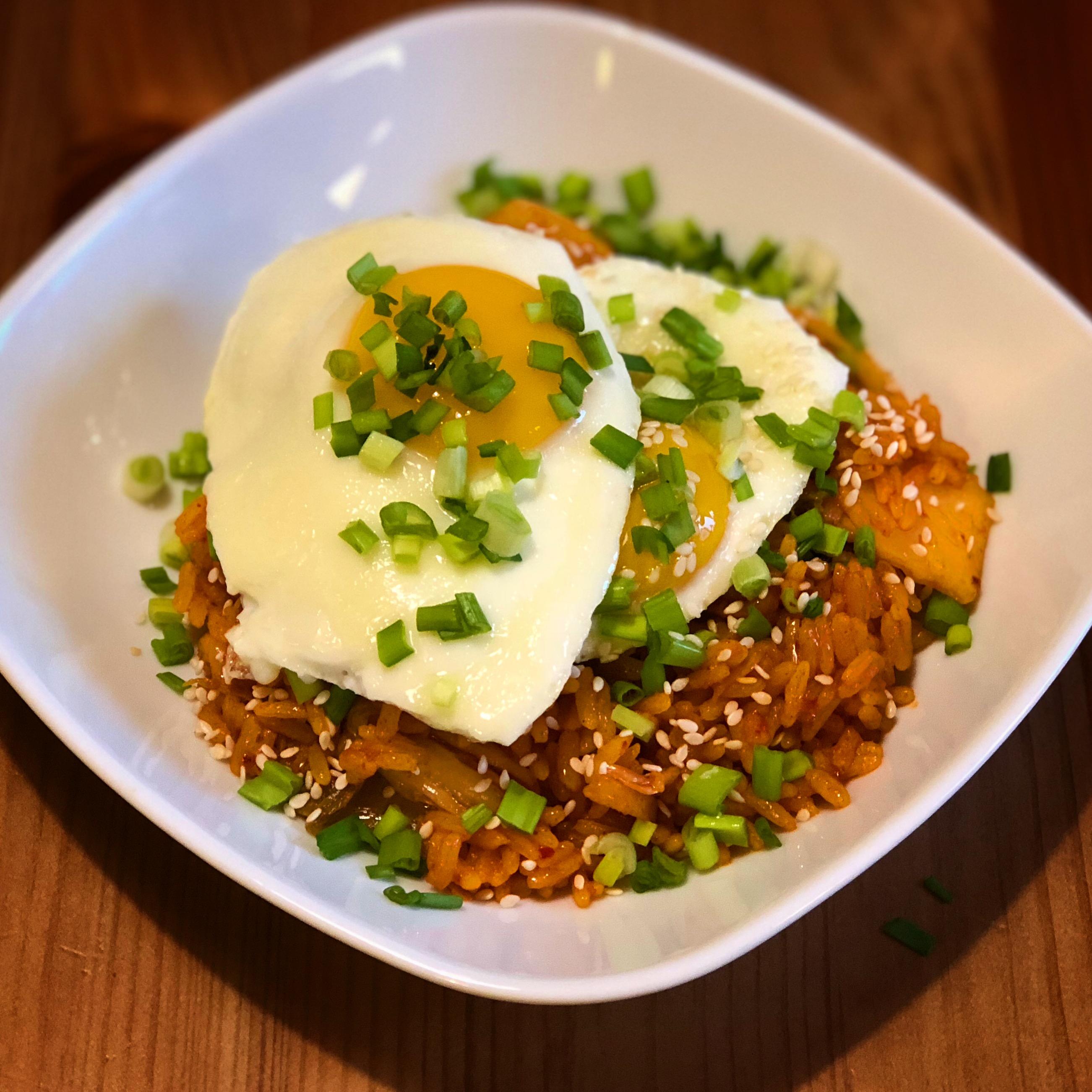 Блюдо корейской кухни Кимчи поккым паб (жареный рис с кимчи)